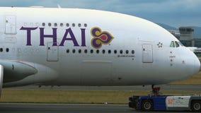 Close-up van het slepen van Luchtbus A380 stock video