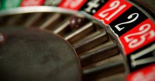 Close-up van het spinnen van roulettewiel op pooklijst 4k stock footage