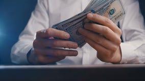 Close-up van het tellende geld van de zakenmanhand 100 dollar rekeningen stock videobeelden
