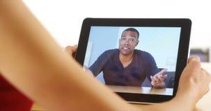 Close-up van het toevallige zwarte zakenman spreken op tablet royalty-vrije stock fotografie