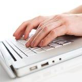 Close-up van het typen van mannelijke handen op toetsenbord royalty-vrije stock afbeelding
