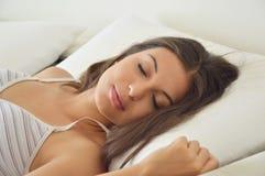Close-up van het verstoorde vrouw liggen op bed stock foto