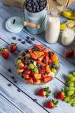 Close-up van het voorbereiden van een gezonde de lentefruitsalade royalty-vrije stock afbeelding