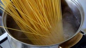 Close-up van het voorbereiden van spaghetti stock footage