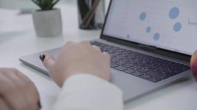 Close-up van het vrouwelijke hand typen op een toetsenbord en het wegknippen door laptop De hand van een secretaresse of een bedr stock videobeelden