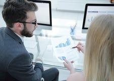 Close-up van het werk van bedrijf` s werknemers met financiële informatie royalty-vrije stock foto