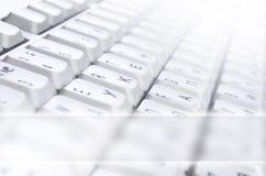 Close-up van het witte computer klassieke toetsenbord met Engelse en Russische brieven met exemplaar ruimtegebied royalty-vrije stock foto's