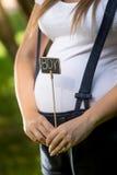 Close-up van het zwangere bord van de vrouwenholding met woord Royalty-vrije Stock Foto's