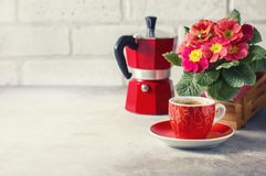 Close-up van hete koffie, moka-pot en bloemen Stock Foto's