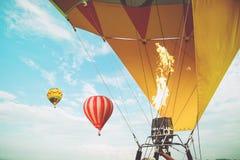 Close-up van hete luchtballons met achtergrond van de brand de blauwe hemel Royalty-vrije Stock Foto