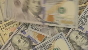 Close-up van honderd dollarsrekeningen bij een lijst Nota's van dollarsdaling op een lijst Hoogste mening stock video
