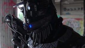 Close-up van hoofd met hoed van androïde met gezicht lengte Android met gloeiende mond en gedetailleerd mannelijk gezicht op acht stock footage