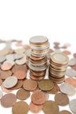 Close-up van hoop van muntstukken over witte achtergrond stock foto