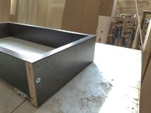 Close-up van houtbewerking en meubilair die concept maken De timmerman in de workshop merkt uit de details van het meubilairkabin stock foto