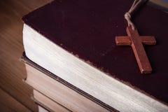 Close-up van houten Christelijke dwarshalsband naast heilige Bijbel Royalty-vrije Stock Afbeeldingen
