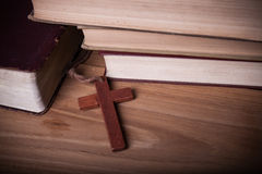 Close-up van houten Christelijke dwarshalsband naast heilige Bijbel Royalty-vrije Stock Foto