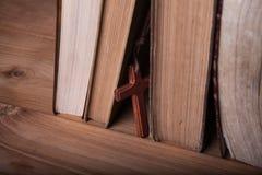 Close-up van houten Christelijke dwarshalsband naast heilige Bijbel Royalty-vrije Stock Foto's