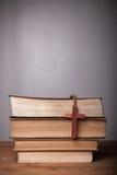 Close-up van houten Christelijke dwarshalsband naast heilige Bijbel Royalty-vrije Stock Fotografie