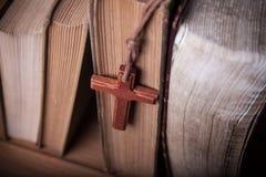 Close-up van houten Christelijke dwarshalsband naast heilige Bijbel Stock Fotografie