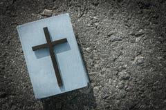 Close-up van houten christelijke kruis en bijbel op de grungeachtergrond Stock Foto's