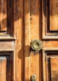Close-up van houten deurhandvat met bloemdetails stock foto