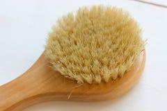 Close-up van houten massageborstel dat op witte achtergrond wordt ge?soleerd Borstel voor droge massage Anti-anti-cellulitemassag royalty-vrije stock foto's