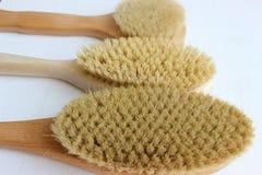 Close-up van houten massageborstel dat op witte achtergrond wordt ge?soleerd Borstel voor droge massage Anti-anti-cellulitemassag stock fotografie