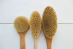 Close-up van houten massageborstel dat op witte achtergrond wordt ge?soleerd Borstel voor droge massage Anti-anti-cellulitemassag royalty-vrije stock afbeelding