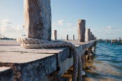 Close-up van houten pijler, blauw water, vanglijn stock afbeelding
