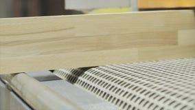 Close-up van houten raad in houtverwerkingsmachine actie De houtbewerking combineert met modern geautomatiseerd materiaal bij hou stock afbeeldingen