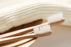 Close-up van houten tandenborstel met handdoek Stock Afbeeldingen