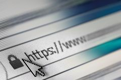 Close-up van HTTP-Adres in Webbrowser in Schaduwen van Blauw - Ondiepe Diepte van Gebied stock foto's