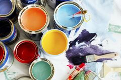Close-up van huis het schilderen vernieuwing stock afbeeldingen