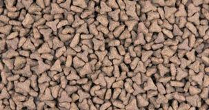 Close-up van huisdieren droog voedsel Stapel van kat of hondkorrels stock footage