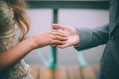 Close-up van huwelijksdetails De hand van de de holdingsbruid ` s van de bruidegom` s hand Royalty-vrije Stock Foto's