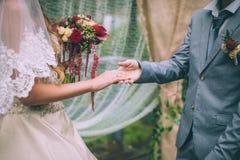 Close-up van huwelijksdetails De hand van de de holdingsbruid ` s van de bruidegom` s hand Royalty-vrije Stock Afbeeldingen