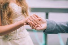 Close-up van huwelijksdetails De hand van de de holdingsbruid ` s van de bruidegom` s hand Stock Foto