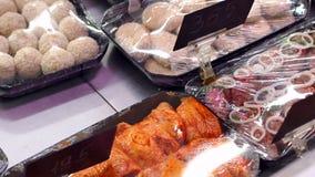 Close-up van ingelegd vlees op de teller in een grote supermarkt stock video