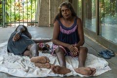 Close-up van Inheemse vrouwenzitting en de mens die, Darwin Australia liggen stock fotografie