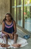 Close-up van Inheemse vrouwenzitting op vloer, Darwin Australia royalty-vrije stock foto's