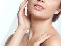 Close-up van jong de schoonheidsportret van het vrouwengezicht Royalty-vrije Stock Afbeeldingen