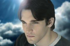 Close-up van jong mannelijk model tegen wolken Royalty-vrije Stock Afbeelding