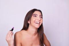 Close-up van jonge Kaukasische vrouw die lippenstift toepassen Royalty-vrije Stock Foto's