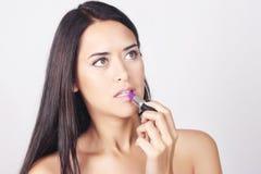 Close-up van jonge Kaukasische vrouw die lippenstift toepassen Stock Fotografie