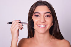 Close-up van jonge Kaukasische vrouw die make-up toepassen Royalty-vrije Stock Afbeelding