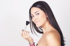 Close-up van jonge Kaukasische vrouw die make-up toepassen Stock Foto