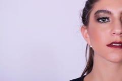Close-up van jonge Kaukasische vrouw over grijze achtergrond Stock Afbeeldingen
