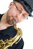 Close-up van jonge mens het spelen saxofoon Royalty-vrije Stock Afbeeldingen