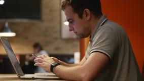 Close-up van jonge mensenhanden die sms het scrollen beeldentelefoon typen 4K Voorraadfotage stock videobeelden