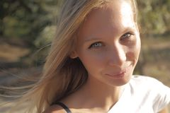 Close-up van jonge mooie glimlachende blonde vrouw royalty-vrije stock foto's